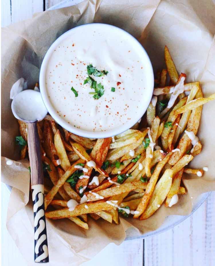 Dodaj do swojego domowego majonezu trochę pikanterii w postaci płatków chilli.