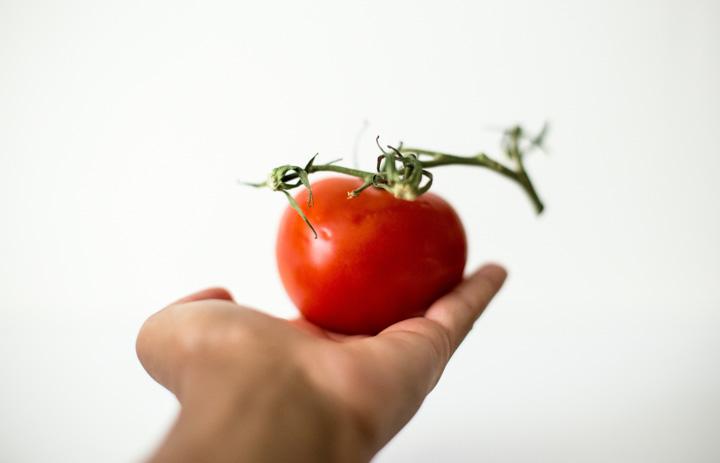 Wystarczy zblendować świeże pomidory, selera naciowego, dymkę, paprykę czerwoną i odrobinę soku z cytryny