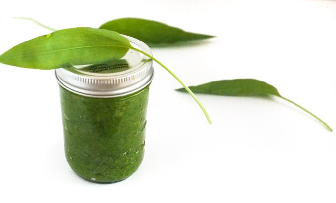 Wystarczy zblendować liście czosnku z dodatkiem oliwy, orzechów włoskich i sera pecorino