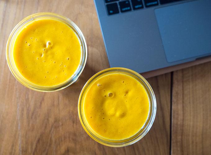 słoneczny kolor mango w koktajlu z pewnością sprawi, że się uśmiechniesz