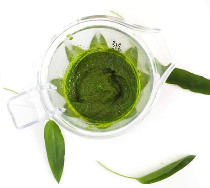 Z różnego rodzaju zielonych liści jak liście czosnku niedźwiedziego, bazylii czy szpinaku.
