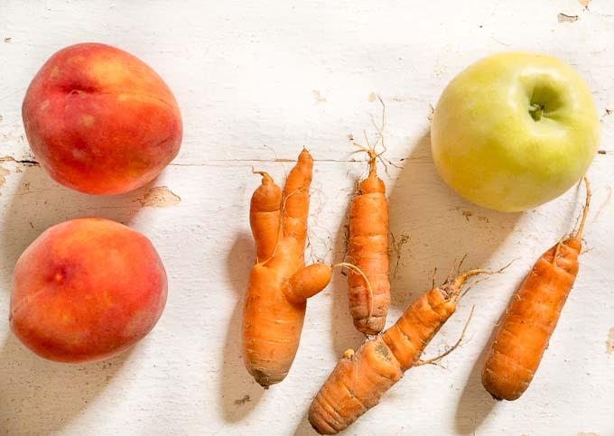 Wystarczą świeże brzoskwinie, marchewka, jabłka i blender wysokoobrotowy by powstał pyszny i zdrowy sok dla dzieci