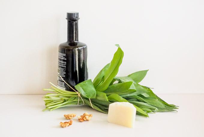 Do przygotowania pesto wystarczą liście czosnku niedźwiedziego, trochę oliwy, ulubione orzechy lub pestki i ser parmezan lub pecorino.