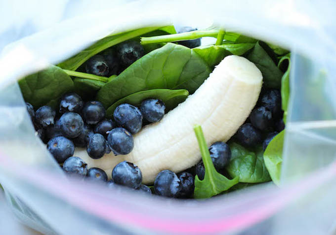 Koktajl dla dzieci to prosty i smaczny sposób na włączenie do diety zielonych liści. Wystarczy dodać do koktajlu ulubiony słodki owoc i ciemne owoce by po zielonym kolorze nie było nawet śladu.